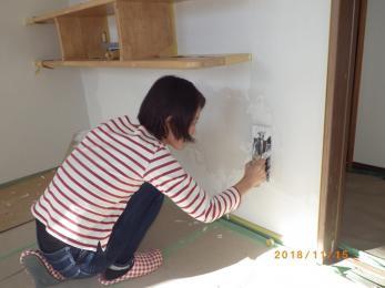 漆喰壁に子供の手形を残しました