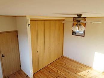 杉の床は床暖房が入っているくらいに暖かく、香りに癒されます。寝るのが勿体ないくらいの寝室になりました。