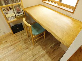 自然素材に囲まれた書斎にいると落ち着きます。老朽化していた床も見違え、安心して過ごせそうです。