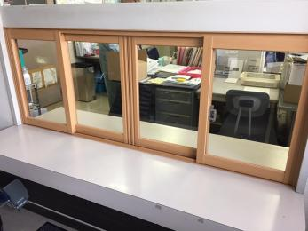 隙間風を防ぎ、施錠もし易い受付窓で施工完成!